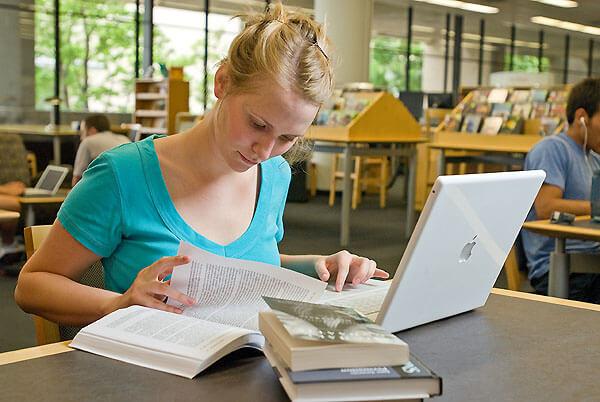 مطالعه در کتابخانه