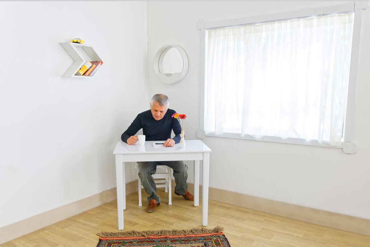 ست میز مطالعه سفید چوبی به همراه صندلی چوبی و شلف های دیواری